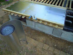Installation d'un écran réfléchissant sous les claies pour lutter contre la chaleur produite par le rayonnement direct du soleil en été.