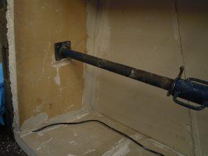 Pose de l'isolant sur les murs de l'enceinte d'élevage des vers de farine