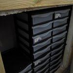 50 tiroirs dans une enceinte d'élevage chauffée