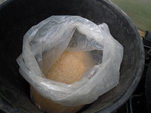 Réserve de pain broyé stocké à l'abri des rongeurs et des mites alimentaires