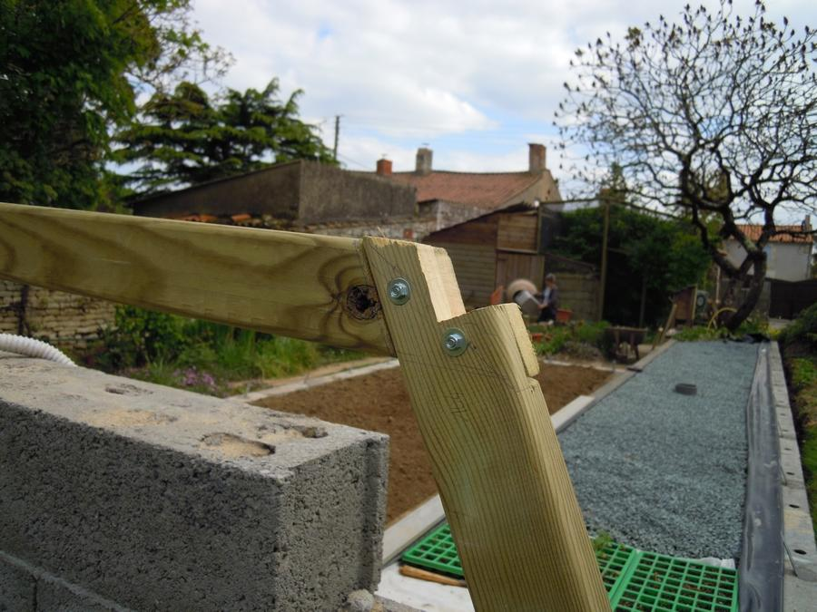 Détail de la fixation entre paroi et toiture, avec encoche pour lisse de toit