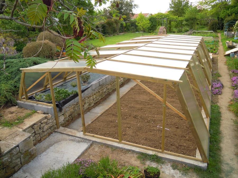 La pose de la toiture et des côtés terminée avec les huit ouvertures réservées