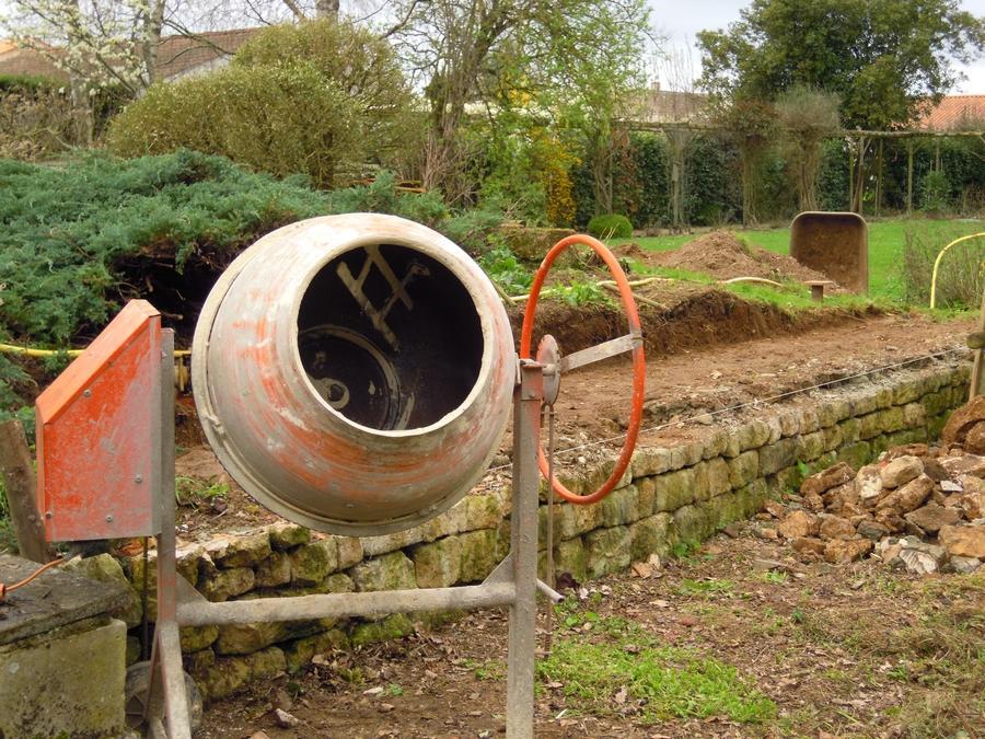 Décaissage du bac de culture sur la terrasse existante. Conservation du vieux mur en pierre.