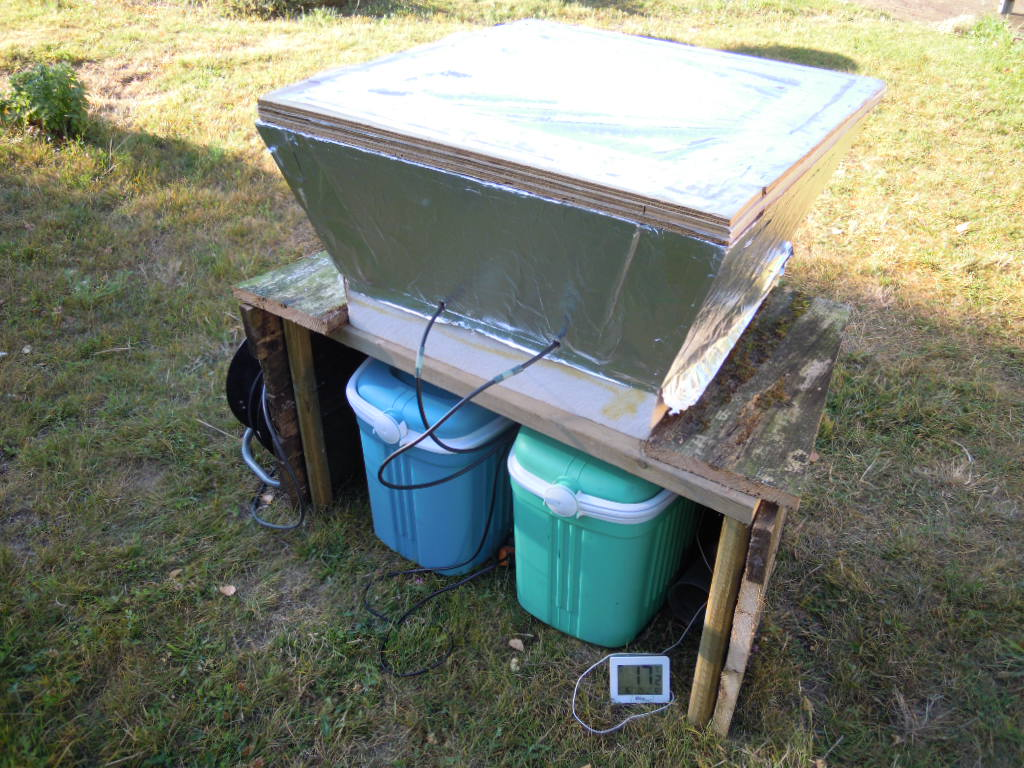 Dispositif de test du refroidissement radiatif passif appliqué à l'aquaponie, vu côté nord.