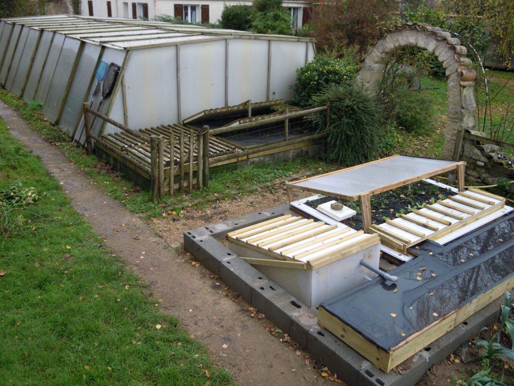 En vis à vis, les deux systèmes de production de truites et légumes en aquaponie