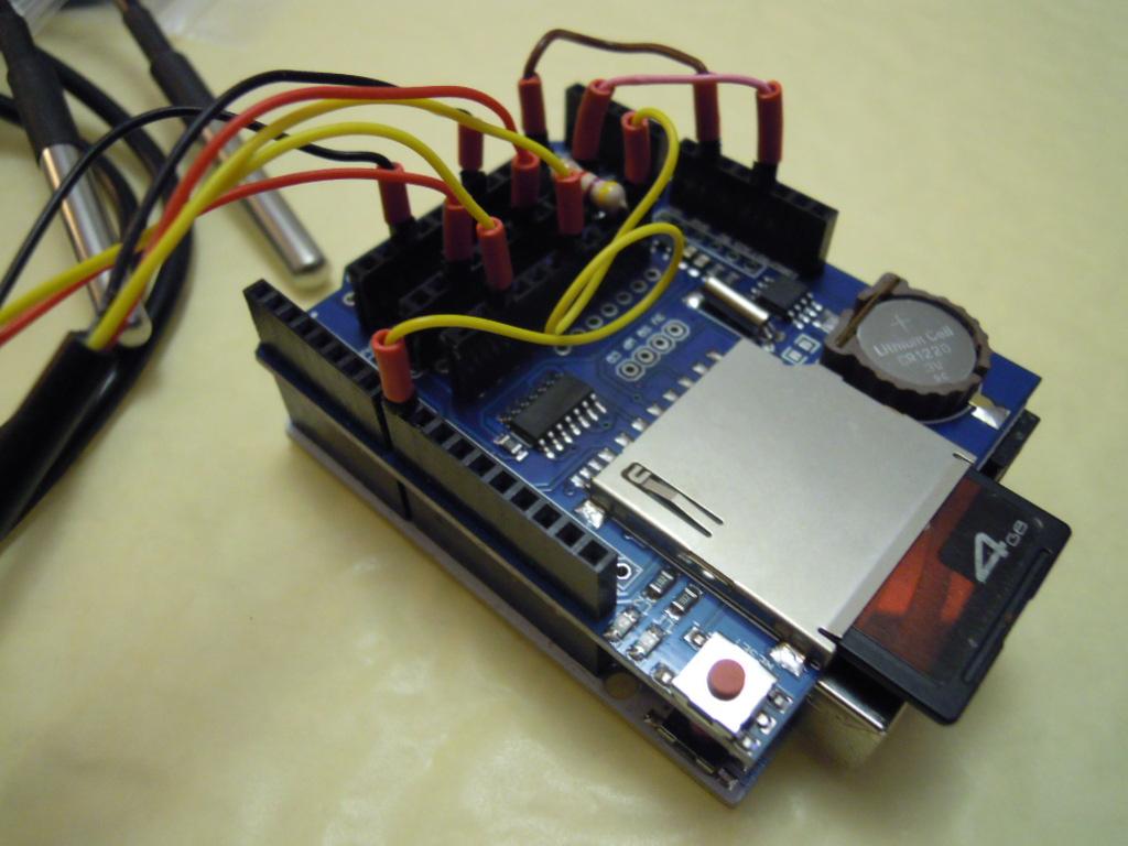 Le datalogger assemblé, avec deux sondes branchées