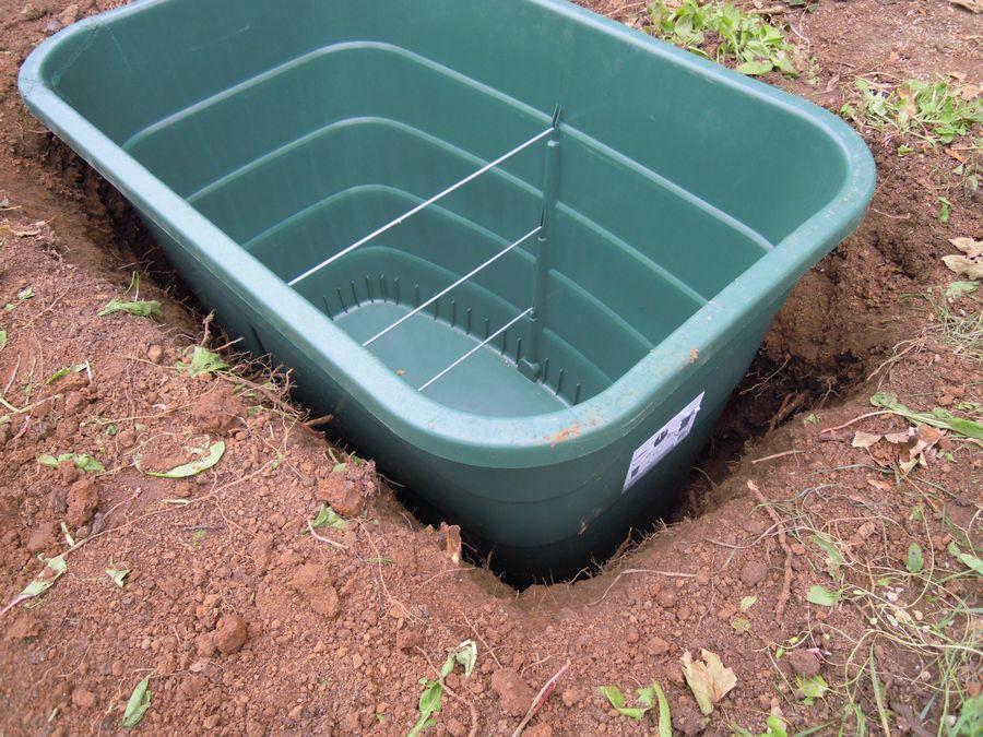 Cuve de 500 litres, 85 cm de profondeur,  complètement enterrée. Le contact sol-plastique est assuré en arrosant abondamment le pourtour au fur et à mesure du comblement.